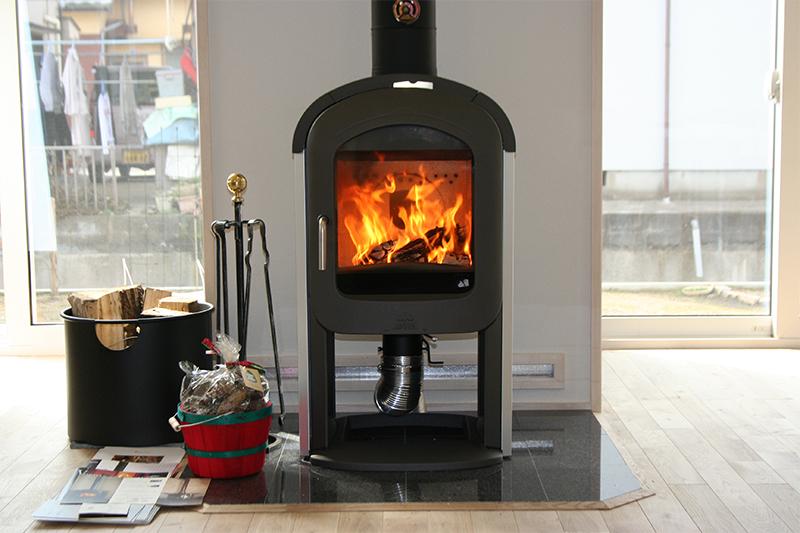 暖炉の炎を眺めるリビング